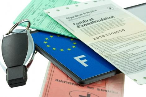 Certification d'immatriculation et clé de voiture