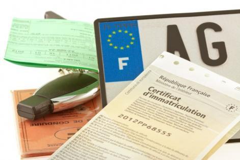 Certification d'immatriculation et clé de voiture plaque