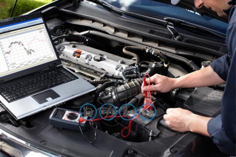 Garagiste réalisant un diagnostic de panne